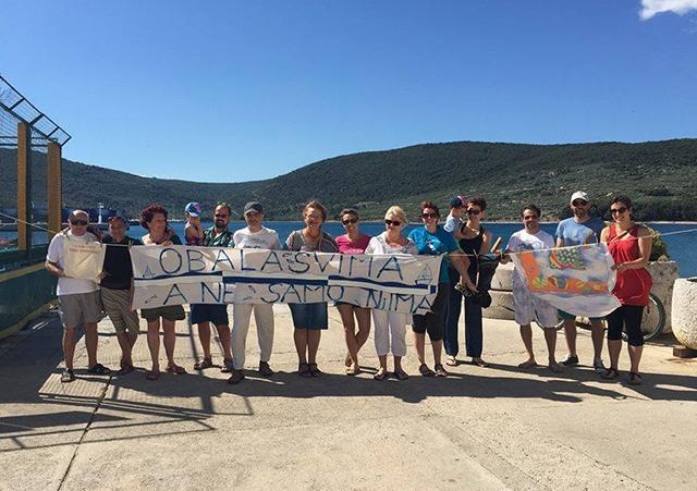 """Akcija """"Potrubi za otoke i obalu"""" u Cresu (foto: Čujete li svoje otoke, svoju obalu/Facebook)"""