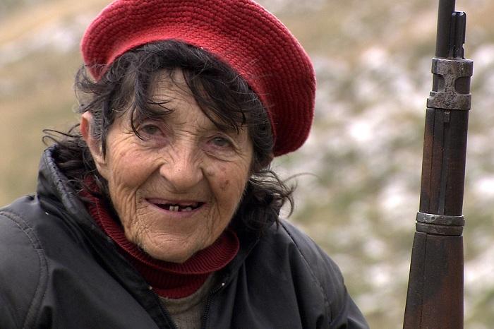 Stara žena koja se druži s mlađom